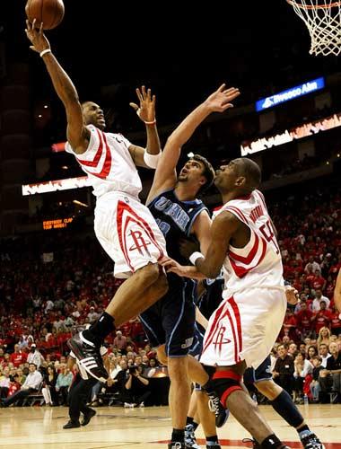图文:[NBA]火箭战爵士 麦迪突破上篮