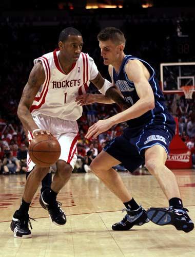图文:[NBA]火箭战爵士 麦迪突破基里连科