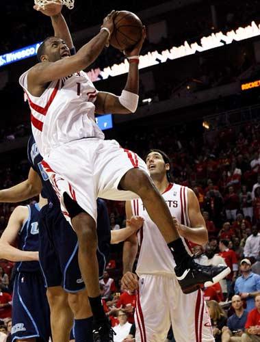 图文:[NBA]火箭战爵士 麦迪艰难上篮