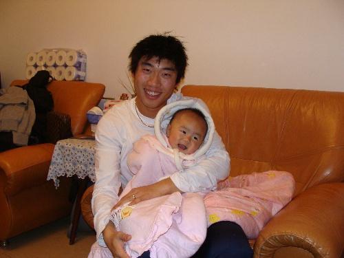 石俊抱着女儿