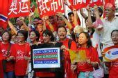 曼谷华人反对媒体失真报道 热情高涨唱国歌(图)