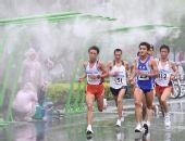 图文:好运北京国际马拉松赛 选手们经过喷淋站