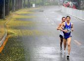 图文:好运北京国际马拉松赛 清华大学校园奔跑