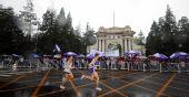 图文:好运北京国际马拉松赛 中蒙选手跑过清华