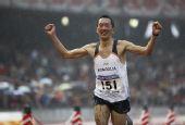 图文:北京国际马拉松赛 巴特奥其尔冲过终点