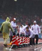 图文:北京国际马拉松赛 鸟巢工作人员做好准备
