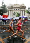 图文:北京国际马拉松赛 参赛选手跑过清华园