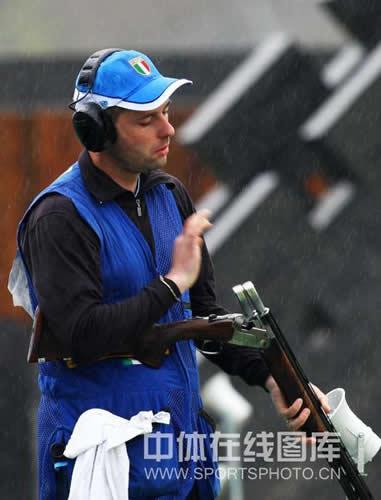 图文:男子飞碟双向决赛 菲利佩蒂整理枪械