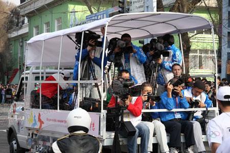 记者李东雷在媒体车上