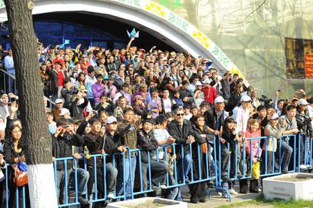 街道旁边站满了观众,传递日全市放假一天(李东雷摄)