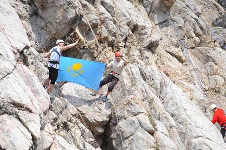 攀岩者打出哈萨克斯坦的国旗(李东雷摄)