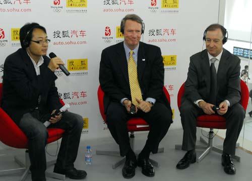搜狐网副总编辑何毅(左)在车展现场对话瓦格纳(中)