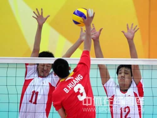 图文:男排八一3-0胜上海夺冠 队员奋不顾身