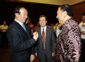图文:中国驻马大使宴请运行团队 双方交谈
