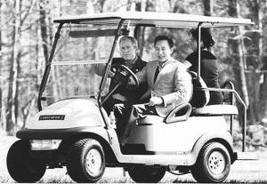 布什(左)称赞李明博是个好司机