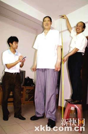 为大康量身订做衣服,裁缝要站在凳子上才够高。通讯员供图