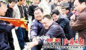 图文:山西垣曲县举办迎奥运拔河比赛