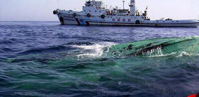 """4月20日,""""南海救199""""轮在西沙海域七连屿处发现一艘翻扣船只。新华社发"""