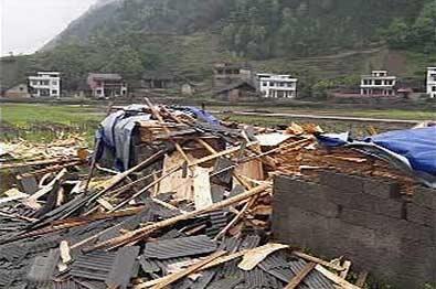 在前日下午的暴风雨中,安化县仙溪镇有6户人家的房屋受损。这是在暴风雨中垮塌的房屋。 本报荧屏图片