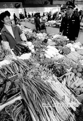 食品安全是老百姓最关心的事之一,食品安全法自然成为关注焦点。新华社发