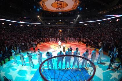 图文:[NBA]湖人胜掘金 出场仪式