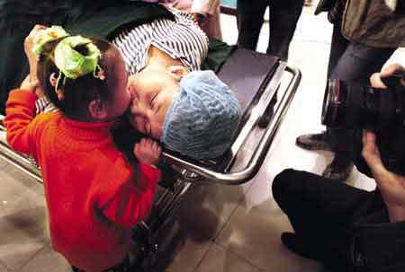 资料图片:临进入手术室前,女儿亲吻刘昌福,送上祝福 图 徐文阁