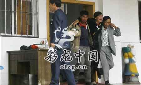王伟的母亲(右二)悲痛欲绝。陈昱州/摄