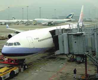 华航已准备在两岸达到天天有航班直航时,将台港线航班,从现在每天18班大幅缩减到8班,抢食两岸直航商机。台湾《经济日报》记者郭维邦摄