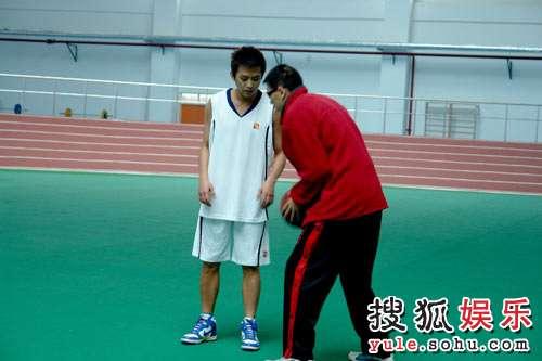 邓超打篮球