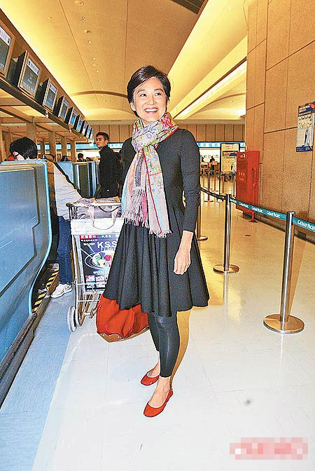 林青霞以Marni红色漆皮鞋搭配Marni气球包,轻便又时尚。