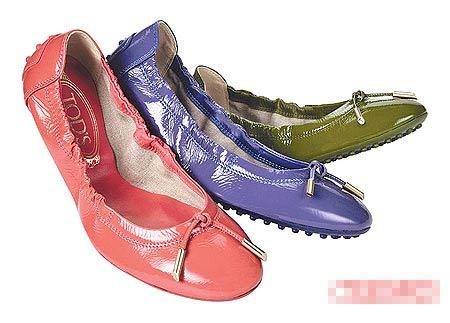 TODS漆皮鞋款有多种颜色可选择。