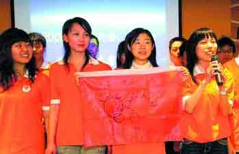 昨日下午,湖南100名服务于北京奥运、残奥会的志愿者首次在长沙集中,参加培训班开班仪式,并接受为期5天的系统培训。这是志愿者们开始分组进行拓展训练。小刘军摄