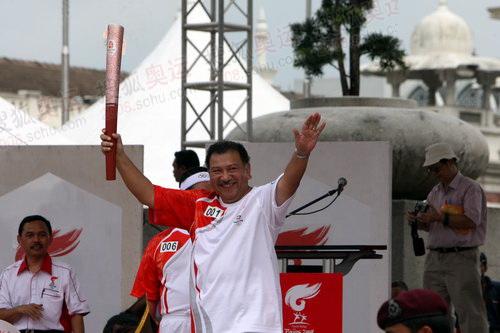第一帮火炬手马来西亚奥运理事会主席东姑伊姆拉