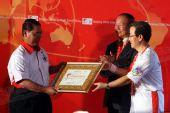 图文:中国驻马大使向哈金赠圣火传递城市证书