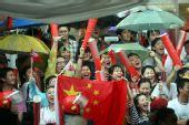 图文:众多中国留学生冒雨为北京奥运圣火助威