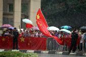 图文:数千名留学生雨中静候北京奥运圣火到来