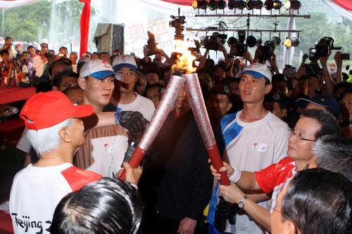 图文:中国驻马大使引燃最后一棒火炬手的火炬