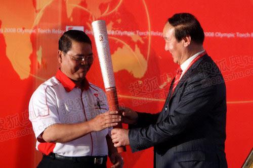 图文:蒋效愚向吉隆坡市长哈金赠送