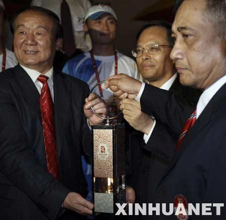4月22日,在印度尼西亚首都雅加达,北京奥组委执行副主席蒋效愚(左)、中国驻印度尼西亚大使兰立俊(中)和印尼奥委会副主席亨达尔基手持火种灯合影。新华社记者 张军 摄
