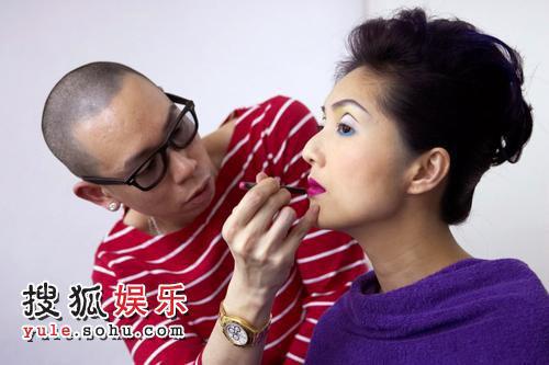 杨千嬅为慈善眼镜展拍写真