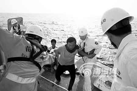 救援人员护送渔民上救助船(图片由南海救助局提供)