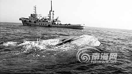 """4月20日,""""南海救199""""在西沙海域七连屿发现一艘翻扣船只 新华社"""
