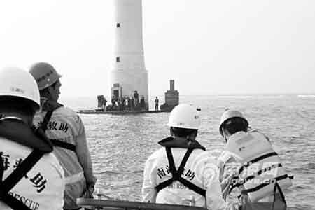 救援人员在灯塔礁盘上发现渔民(图片由南海救助局提供)