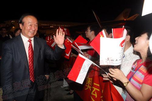 图文:奥运圣火抵达雅加达 蒋效愚向人群致意