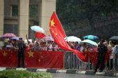 图文:奥运圣火吉隆坡传递 观众们冒雨迎接圣火