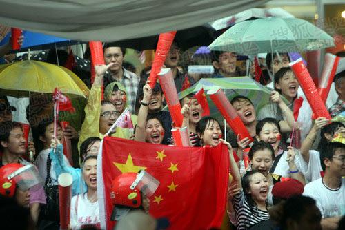 图文:大雨亦无法浇灭吉隆坡华人迎圣火的热情