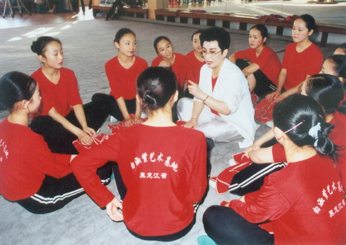 白淑贤为艺术基地的学员们讲授龙江剧艺术