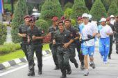 组图:奥运圣火在吉隆坡传递 当地警察保护火炬