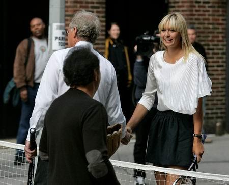 图文:莎娃秀街区网球 美少女开心不已