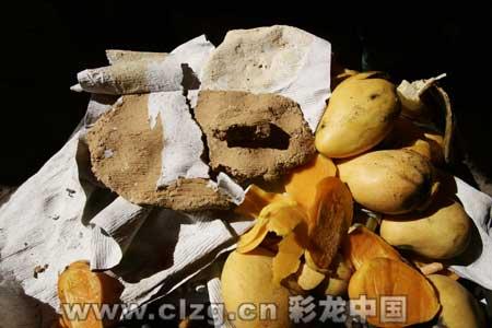 芒果篮里藏着的泥块